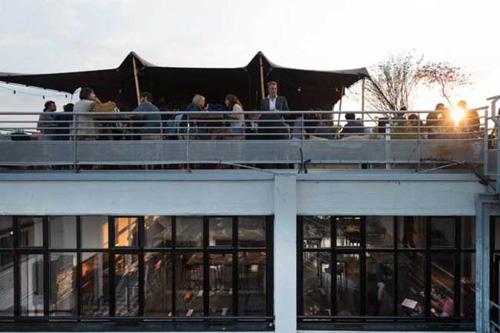 Rooftop bar en restaurant Le Perchoir in Parijs